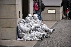 Eine Gruppe nicht identifiziertes Busking imitiert Straßenausführende in der silbernen Farbe, Köln, Deutschland Lizenzfreie Stockfotos