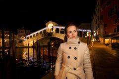 Elegante Jonge Vrouw Rialto Kerstmistijd in Venetië, Italië Stock Foto's