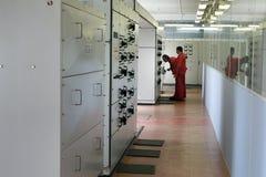 Elektriker, die Ausrüstung im Schalttafelraum kontrollieren Lizenzfreie Stockfotografie