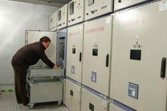 Elektriker stellt Wartung der elektrischen Platte im switchbo zur Verfügung Lizenzfreie Stockfotos