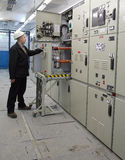 Elektriker stellt Wartung Innenhochspannungsvakuum-DC C zur Verfügung Stockfotos
