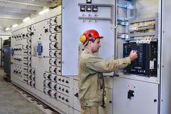 Elektroingenieur benutzt Ausrüstung der Schalttafel Lizenzfreie Stockfotos