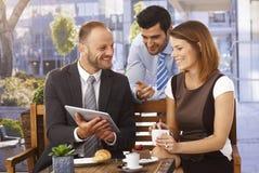 Equipo del negocio que tiene reunión al aire libre usando la tableta Fotografía de archivo
