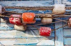 Färben Sie Detail eines alten Fischernetzes auf altem blauem hölzernem Hintergrund Lizenzfreies Stockfoto