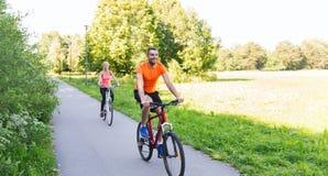 Fahrrad des glücklichen Paars Reitdraußen Lizenzfreies Stockbild