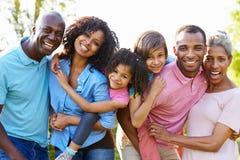 Famiglia afroamericana della multi generazione che sta nel giardino Fotografie Stock Libere da Diritti