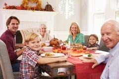 Familie met Grootouders die Dankzeggings van Maaltijd genieten bij Lijst Stock Foto's