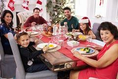 Familie met Grootouders die Kerstmis van Maaltijd genieten bij Lijst Stock Afbeeldingen