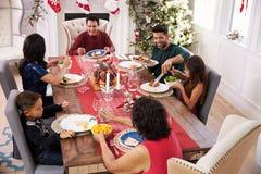 Familie met Grootouders die Kerstmis van Maaltijd genieten bij Lijst Royalty-vrije Stock Foto's