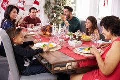 Familie met Grootouders die Kerstmis van Maaltijd genieten bij Lijst Royalty-vrije Stock Foto