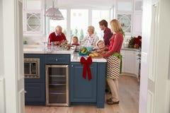 Familie met Grootouders die Kerstmismaaltijd in Keuken voorbereiden Royalty-vrije Stock Fotografie