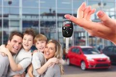 Famille heureuse avec de nouvelles clés d'une voiture. Photographie stock libre de droits