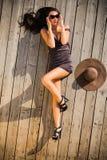 Femme attirante s'étendant sur le solarium Photos stock
