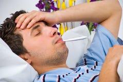 Fermez-vous vers le haut de l'homme avec la grippe Photographie stock