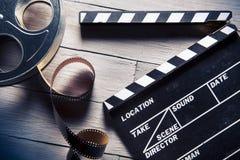 Filmlei en filmspoel op hout Stock Fotografie