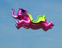 Flyga den rosa elefanten Royaltyfri Foto