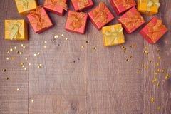 Fond avec des boîte-cadeau sur la table en bois Concept de vente et de remise Vue de ci-avant Photographie stock