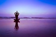 Fond bleu de yoga Photo libre de droits