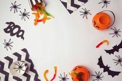 Fond de vacances de Halloween avec les araignées et la sucrerie Vue de ci-avant Images stock