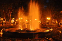 Fontaine de nuit à Odessa, Ukraine Photographie stock libre de droits
