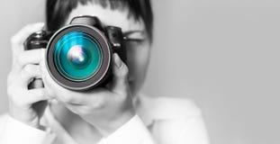 Fotógrafo da mulher com câmera Foto de Stock Royalty Free