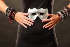 Frau mit venetianischer Maske des Karnevals auf Dunkelheit Lizenzfreie Stockfotografie