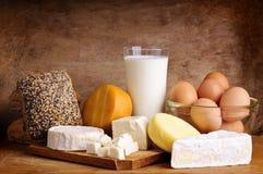 Fromage, pain, lait et oeufs Images stock