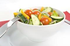Gaffel med den sunda salladbunken för grönsaker Arkivbild