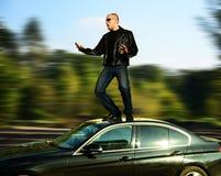 Gekke mens die zich bij het bewegen van auto bevinden Royalty-vrije Stock Foto's