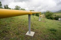 Gelbe Gasleitungen in den Bergen von Krim Stockfoto