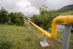 Gelbe Gasleitungen in den Bergen von Krim Lizenzfreies Stockbild