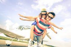 Gelukkig hipsterpaar in liefde op de wittebroodswekenreis van de vliegtuigreis Royalty-vrije Stock Afbeelding