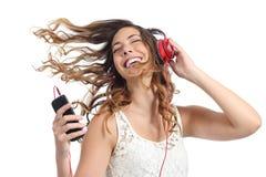 Gelukkig meisje die en aan de muziek dansen luisteren Royalty-vrije Stock Foto