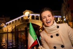 Gelukkige elegante vrouw het besteden Kerstmistijd in Venetië, Italië Stock Foto's