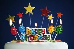 Gelukkige verjaardagskaarsen op een cake Royalty-vrije Stock Foto