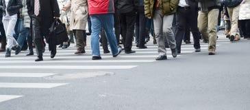 Gens de marche occupés Photo stock