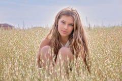 Gesunde junge Frau auf dem Sommerweizengebiet Stockbilder