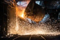 Gießen des flüssigen Metalls im Herdfeuerofen Lizenzfreie Stockfotografie