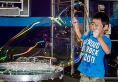 Gigantiska bubblor och pys Royaltyfria Bilder