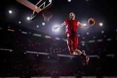 Giocatore di pallacanestro rosso nell'azione Fotografia Stock Libera da Diritti
