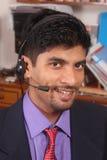 Giovane dirigente sorridente della call center con le cuffie avricolari Immagine Stock Libera da Diritti