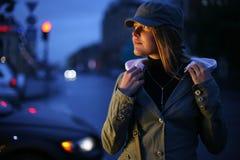 Giovane donna in città Fotografia Stock Libera da Diritti