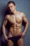 Giovane uomo bagnato sexy muscolare in biancheria intima Fotografia Stock Libera da Diritti