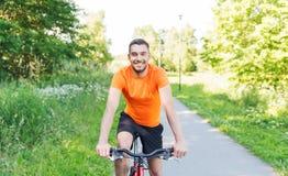 Glückliches Fahrrad des jungen Mannes Reitdraußen Lizenzfreies Stockfoto