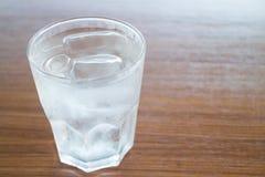 Glas kaltes Wasser auf Holztisch Lizenzfreie Stockfotografie