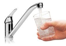 Glas met drinkwater van kraan wordt gevuld die. Royalty-vrije Stock Foto's