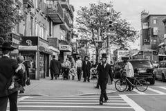Gli uomini hassidic ebrei attraversano la via Fotografie Stock