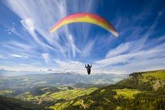 Glijscherm dat over bergen vliegt Stock Afbeelding