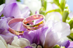 Gold wedding rings on  bouquet of flowers for the bride Stock Images