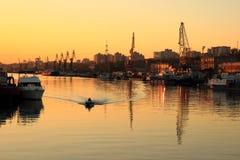 Goldener Sonnenuntergang über dem Flusshafen Lizenzfreies Stockfoto